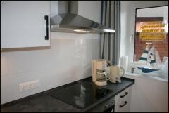 Herd und Abzugshaube der Küche des Appartement Meeresidyll