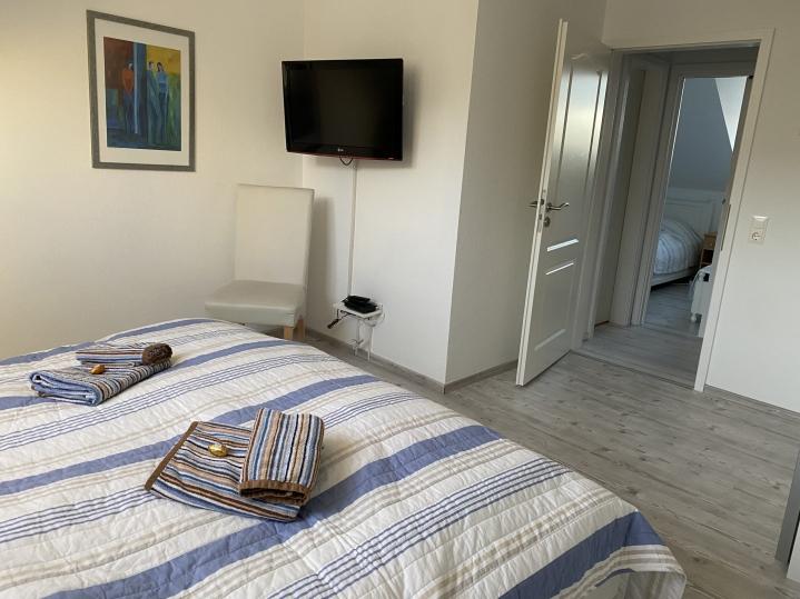 Geräumiges Schlafzimmer mit Blick zum kleineren Schlafzimmer
