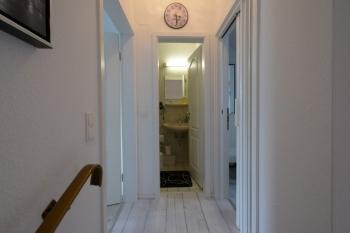 Flur im Obergeschoß mit Blick zum Bad - links Schlafzimmer - rechts kleines Schlafzimmer
