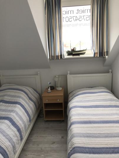 kleineres Schlafzimmer mit getrennten Betten