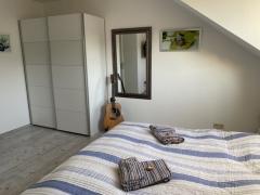 Schlafzimmer mit geräumigem Kleiderschrank